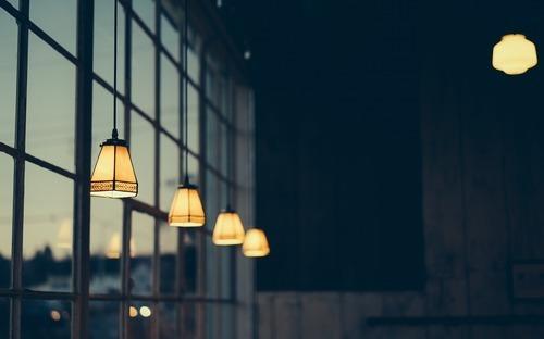 Integrér dine lamper i en større indretningsstrategi